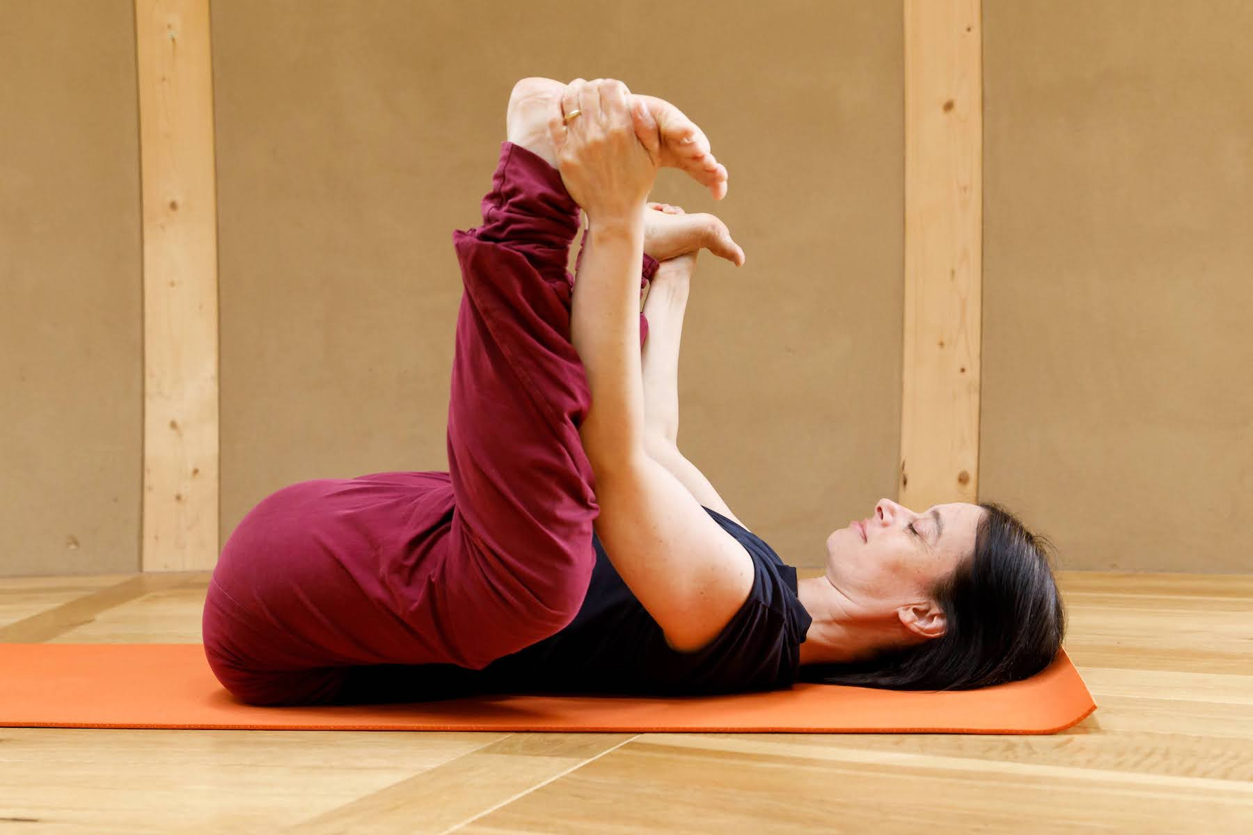 Ananda Balasana Beckenboden Entspannen mit Yoga
